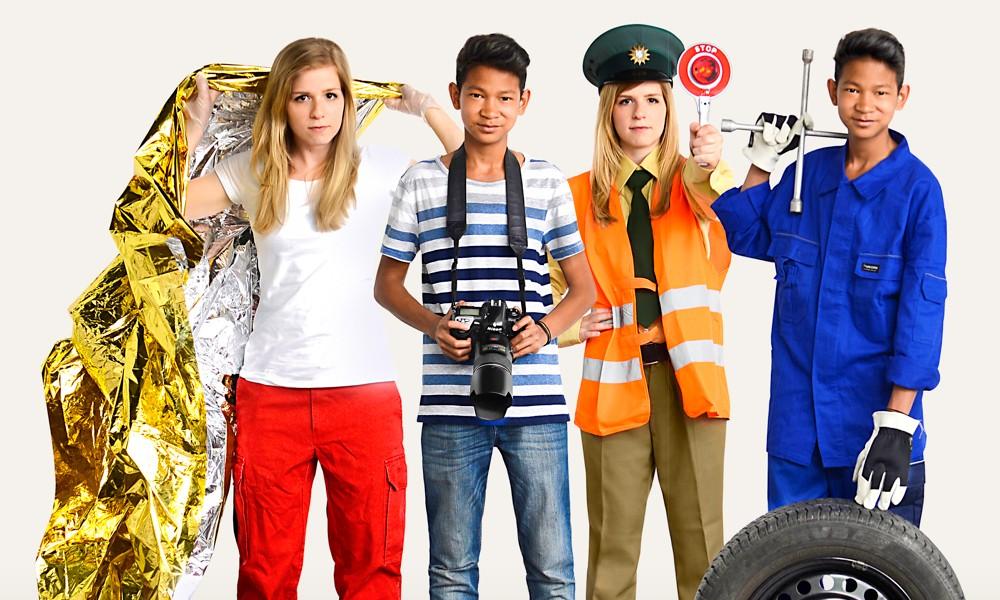 Jugendliche in verschiedenen Arbeitskleidungen.