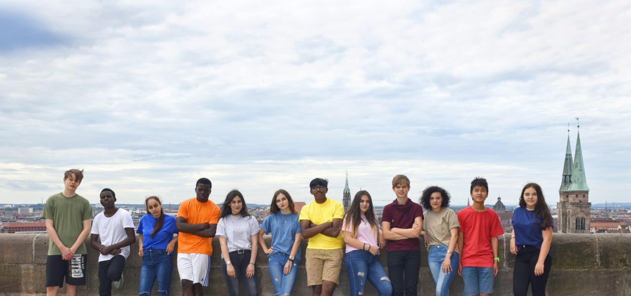 Eine Gruppe Jugendlicher steht an den Zinnen der Nürnberger Burg.
