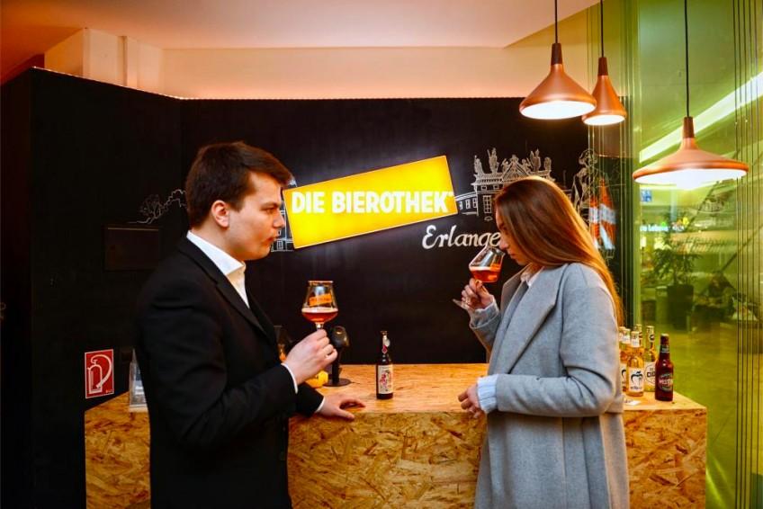 Unsere Reporterin Victoria in der Bierothek in Erlangen