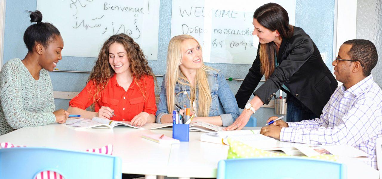 Lehrerin unterricht Schüler unterschiedlichster Herkunft.