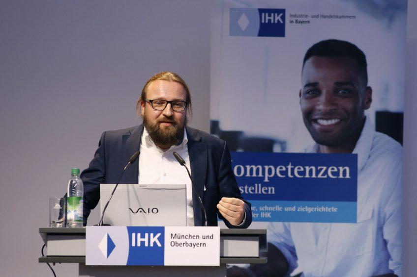 """Helmut Stangl spricht auf der IHK-Veranstaltung """"Integration durch Kompetenz"""". Bild: IHK/Goran Gajanin"""