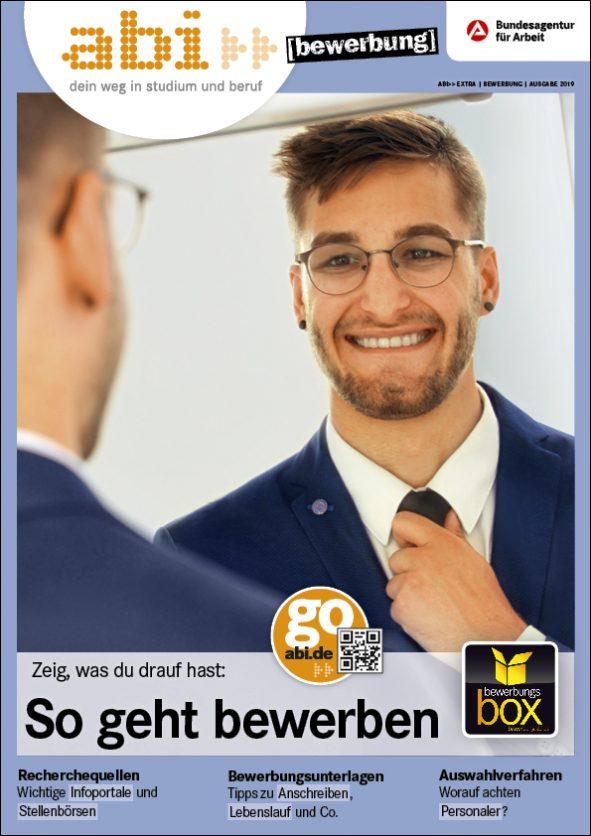 abi extra Titelbild Mann steht vor dem Spiegel und richtet sich die Krawatte